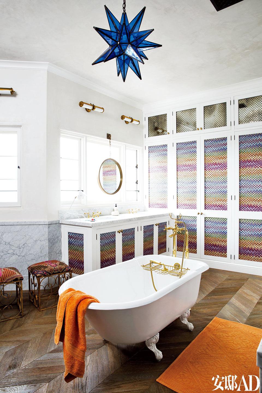 在儿童房的浴室里,壁橱柜门上也装饰着鲜亮的Missoni Home面料,壁灯来自Circa Lighting,Ann Sacks大理石制成了防水墙面,浴缸及配件都是Waterworks的产品。