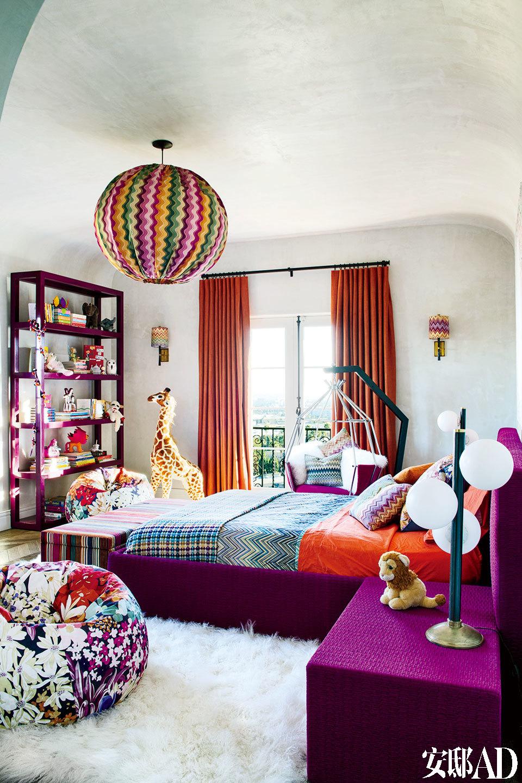 大女儿Stella Luna的卧室选用了她最爱的色调,豆袋椅、床尾凳、床和床上用品都来自Missoni Home。