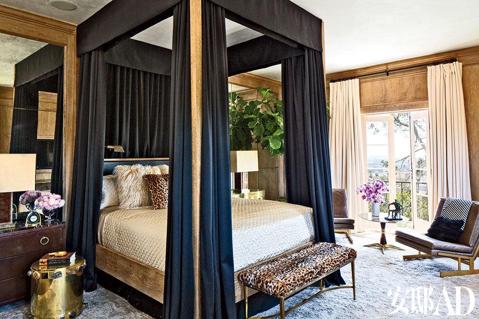 橡木板、黑床幔、银地毯,再加一点性感的豹纹面料,这些元素将主卧室装点得华丽与舒适兼得。主卧室中,窗帘和床幔都采用了Schumacher的面料,床是Bullard的设计,古董长凳床榻来自Dragonette Limited,左侧镶着宝石的黄铜圆凳来自Kelly Wearstler。