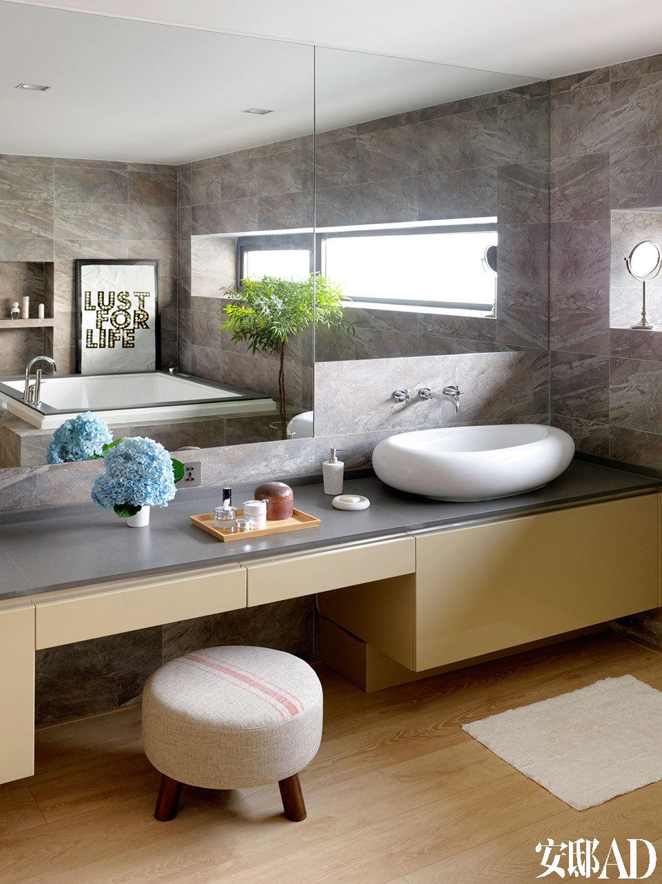 主卧的洗手间也是一派简洁。