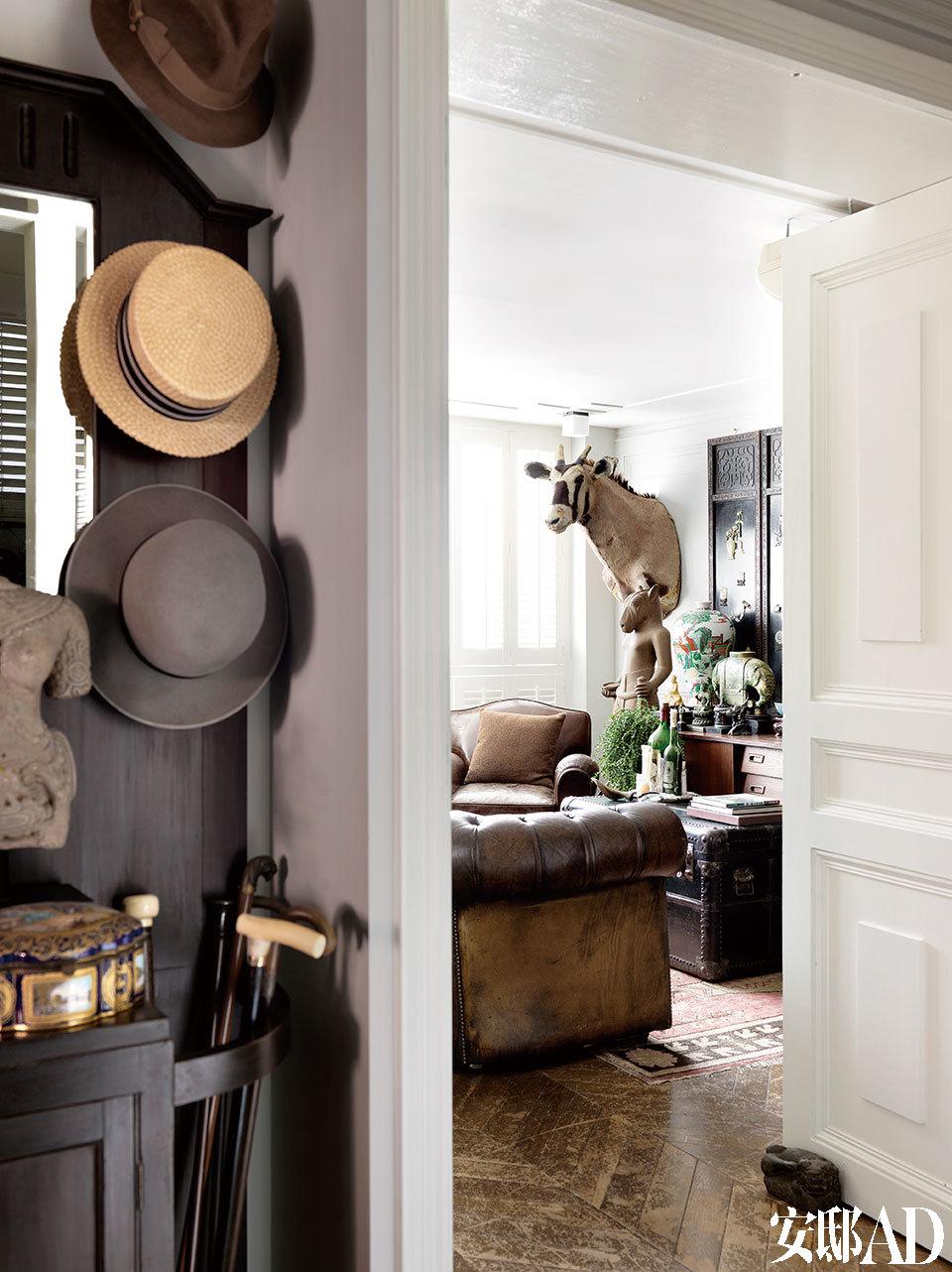 从用餐空间望去,玄关边上为封闭式的客厅。