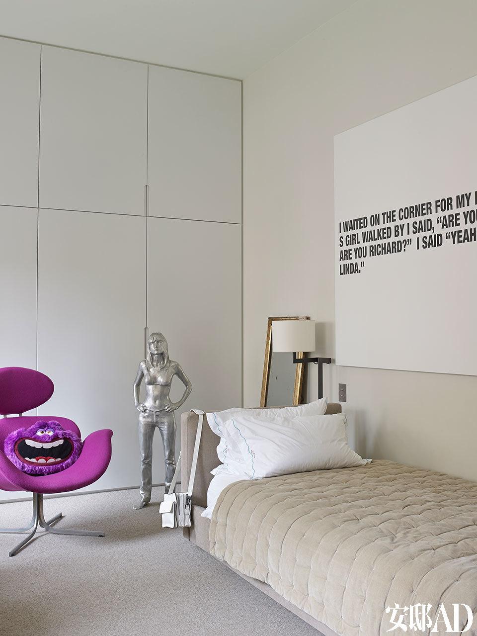 一间儿童房中,摆着Christian Liaigre设计的落地灯、Xavier Veillant创作的Silver Girl雕塑和Pierre Paulin设计于1965年的TulipF551扶手椅,墙上的丙烯和喷墨画作是Richard Prince于2011年创作的。
