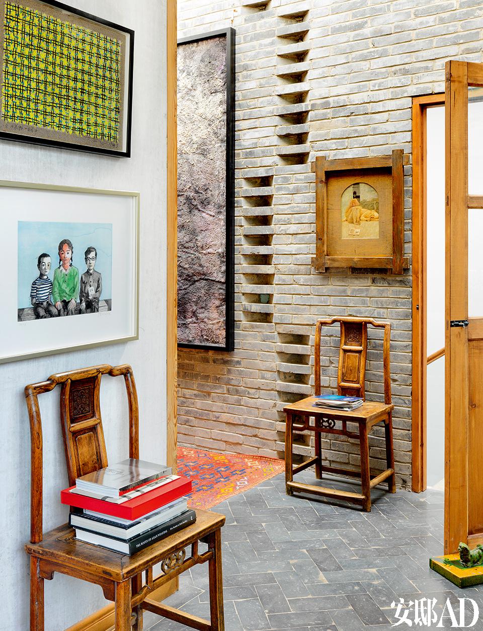 """""""我喜欢把当 代艺术品放在 有历史的环境里,这种对比很有意思。""""左墙的上方挂着艺术家丁乙的作品。下方是去年添置的艺术家张晓刚的铜版画,以兄弟姐妹为主题,Juan非常喜欢这个创作角度。"""