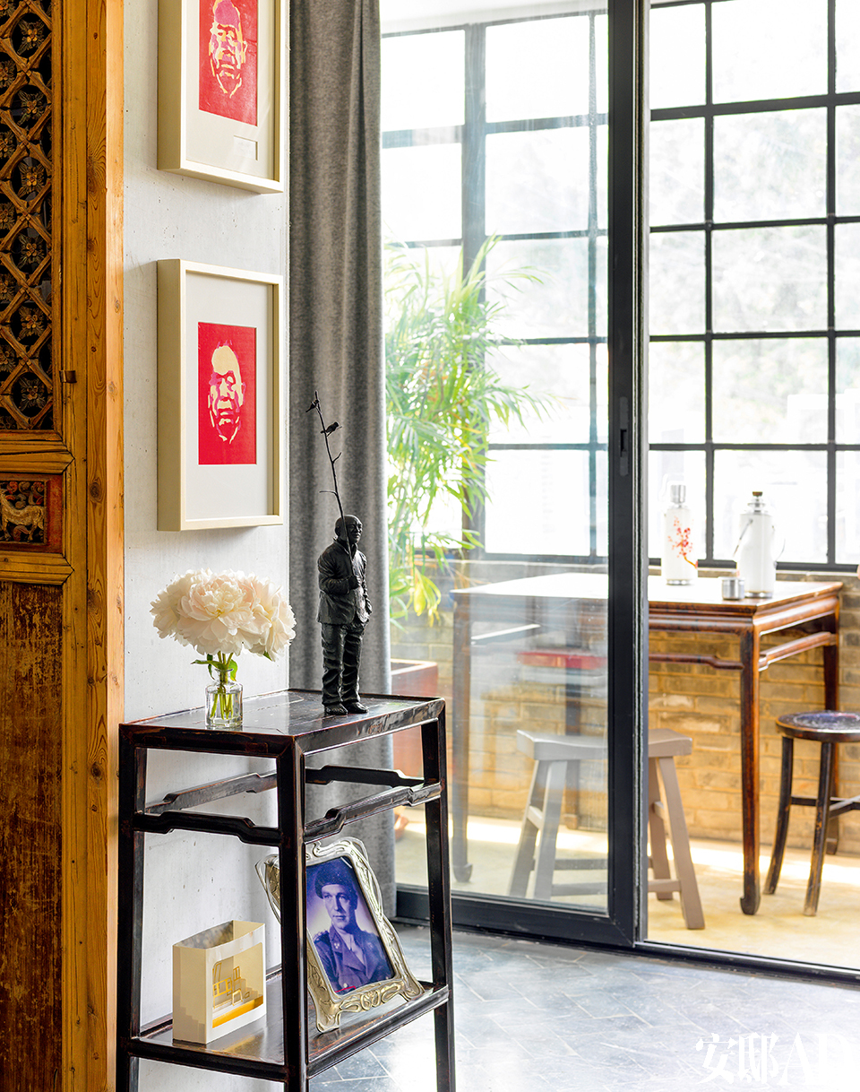 虽然是同样的家具和艺术品,但摆在不同的环境下别有韵味。