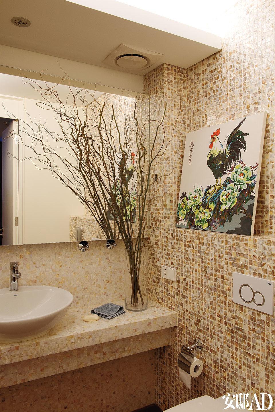 浴室也焕然一新,墙壁上铺设了中性色调的贝壳马赛克,陶瓷面盆和便器来自Roca,墙上的数字油画是陈俊华和儿子一起完成的。