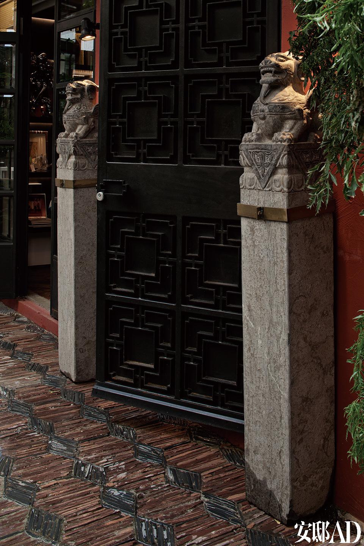 住所的所有门窗都经过改装扩大,前后两处庭院也被整理一新,绿植满墙,古色古香的中国石狮立在门前迎客。它们是Del Vecchio从广州的古董市场上收来的,地面的石砖则特地从北京运来,效仿上海老文华酒店的旧式风华。