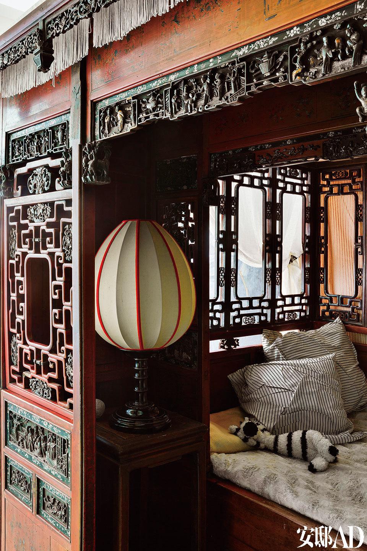 这张雕花古董床出自清朝的江浙一带,内部搭配的中式台灯来自上海滩(Shanghai Tang)品牌。