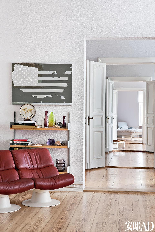 在这个房间里,中和了美国国旗和地图的亚克力作品来自Johannes Wohnseifer(2006),红色双人皮沙发来自 Yrjö Kukkapuro。