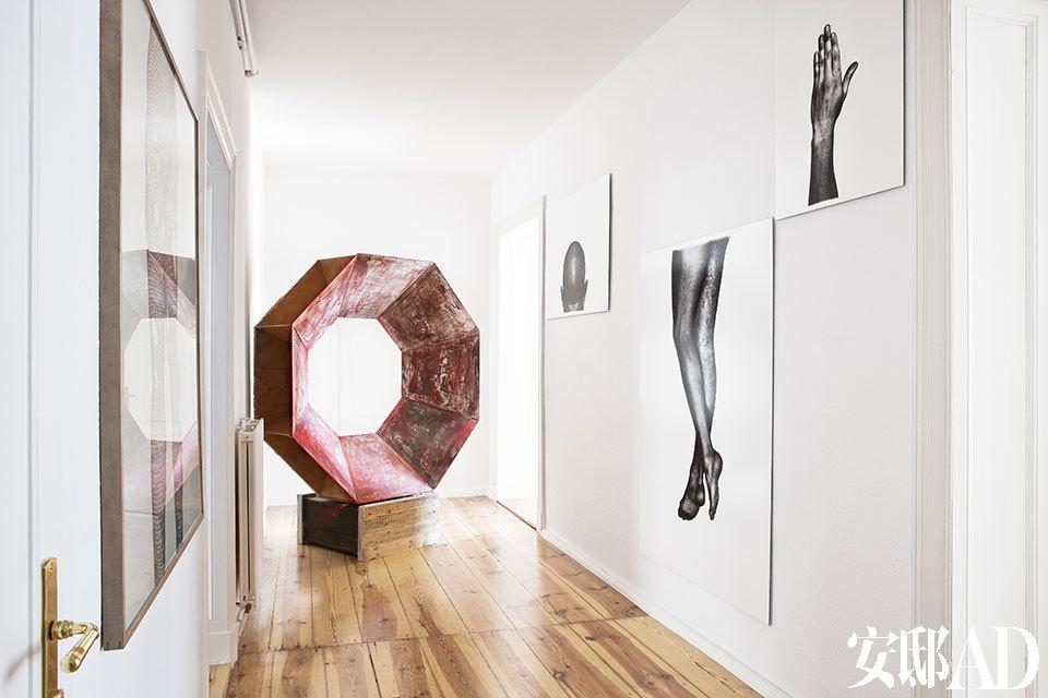 一个狭长的房间中,来自Flurin Bisig的几何形木雕塑(2010)非常惹眼,墙上的三幅人体摄影作品由David Zink Yi拍摄于1999年。