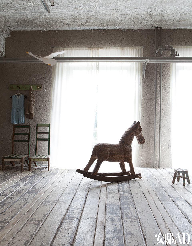 一间为儿童设计的卧室中有两只高背木椅,好像是儿时学校木座椅的变形版,一只木马由碎木拼接而成,以上皆由无用出品。