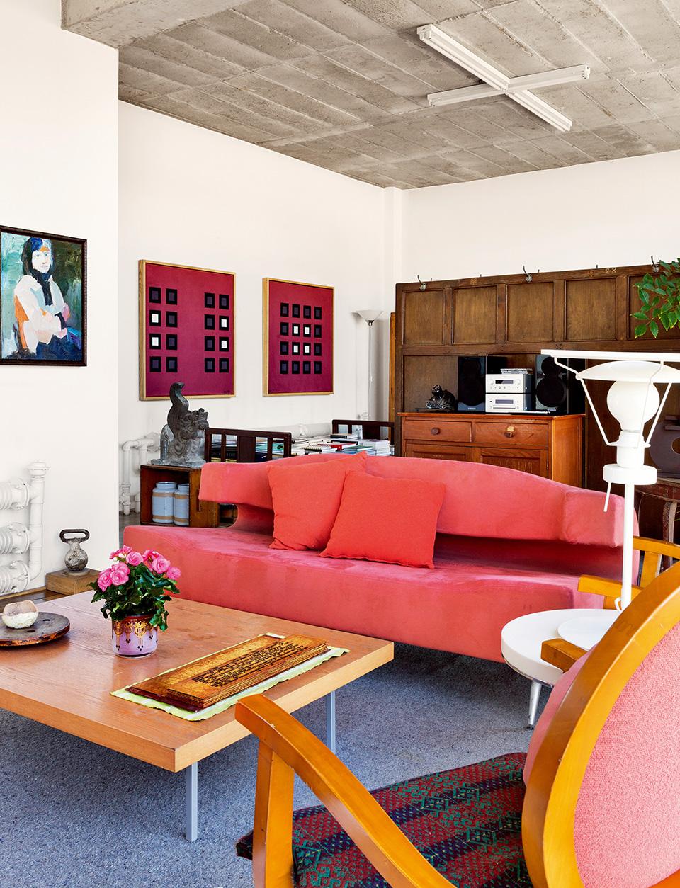 与主卧对称的客房布置得更像客厅,黄锐平日里会在这里会见客人。基本上都是简单的旧家具。只要在有花的季节,桌上都会有花。