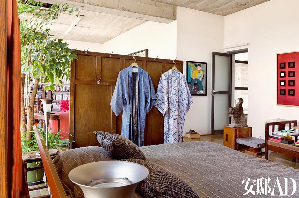 出门多穿汉服,在家则喜欢穿宽松的和服款睡衣,黄锐的家和他的 穿衣观念一样—— 平平淡淡的舒服。客房和主卧的风格类似,都是灰色调的床具,面料多为有质地的棉麻。床边的屏风上都挂着和服,因为早年间在东洋生活多年的缘故,黄锐在家习惯穿宽松的和服款睡衣。不过这些衣服都是他找来特殊的手工布定做的。