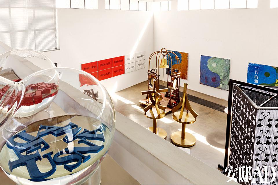 工作室和家是一体的,里面既有正在创作的新作,也有以往作品的系统展示。黄锐的工作室跟家是一 体的,巨大的工作室里有正在创作的作品,更多的则是已经完成的旧作,它们陈列有序,跟在美术馆里一样。