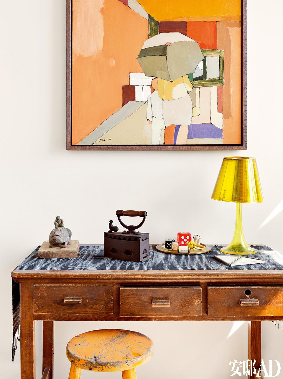 老木桌上有很多主人收来的摆件,并非古董,但是多半带有很强烈的时代感。