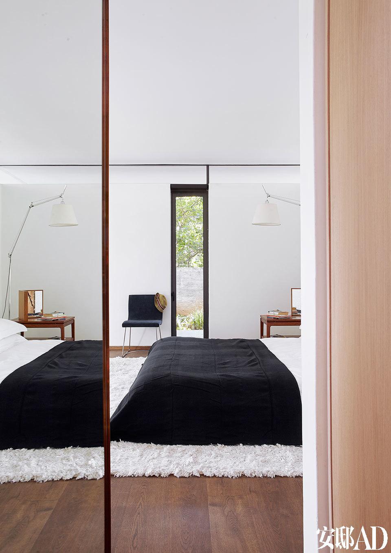 主卧室也有门直接连通户外,让人融入自然。