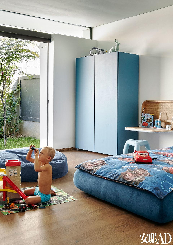 所有孩子们的卧室都有落地玻璃门能通往一个绿草成茵的院子,他们屋子的两侧也都有美妙的自然光进入室内。