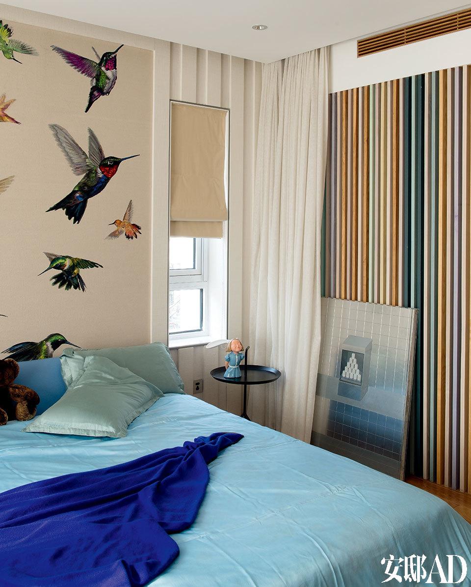 主人女儿的卧室中,连木格栅都调成了彩色,床头墙面挂的实际是一块地毯