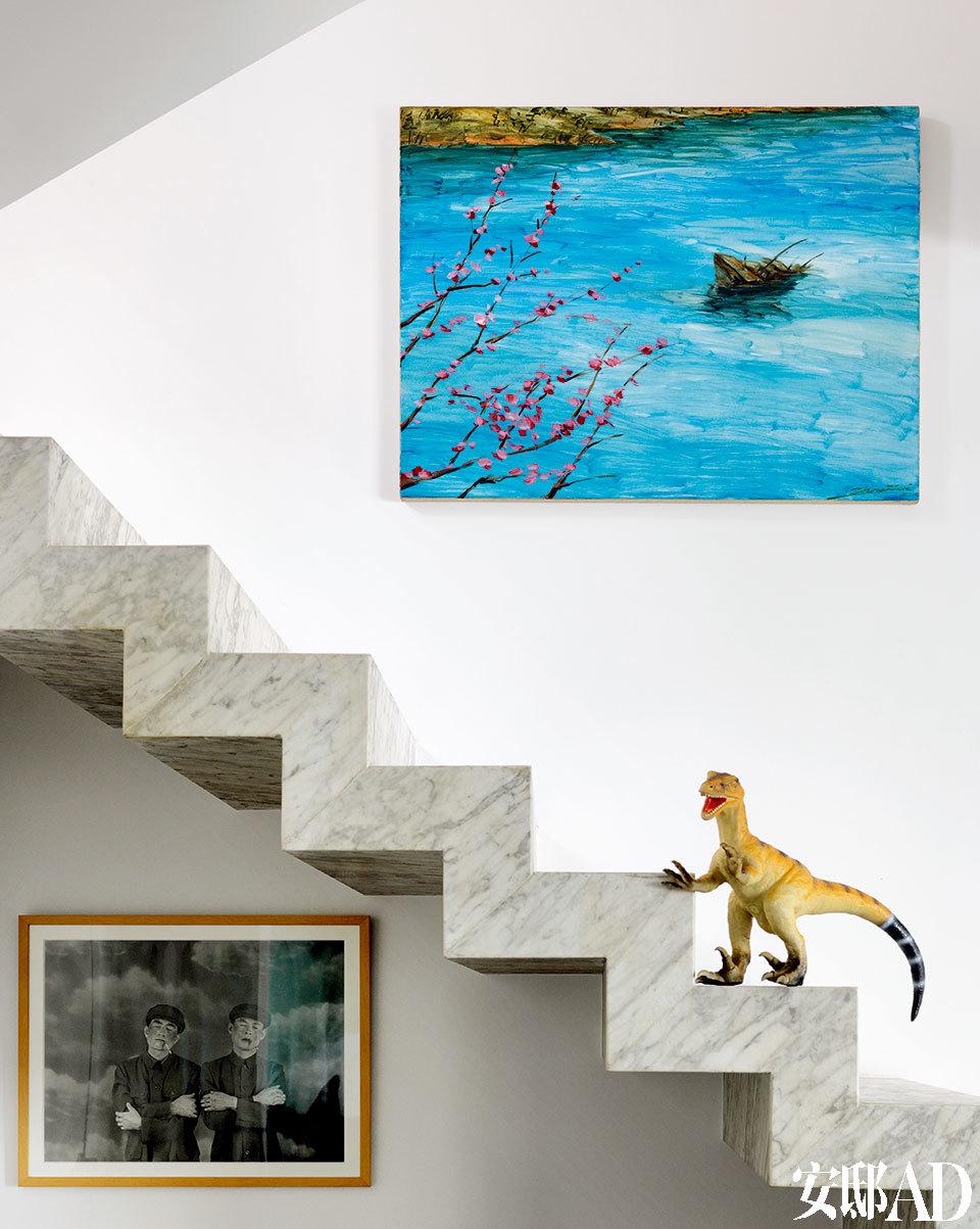 """""""对艺术家过多的了解有时候也会是种干扰,我更喜欢让作品自己说话。""""画作来自周子曦2007年创作的""""中国1946-1949""""系列作品之一《沉船》。楼梯下方是一幅摄影作品,来自艺术家王宁德。"""