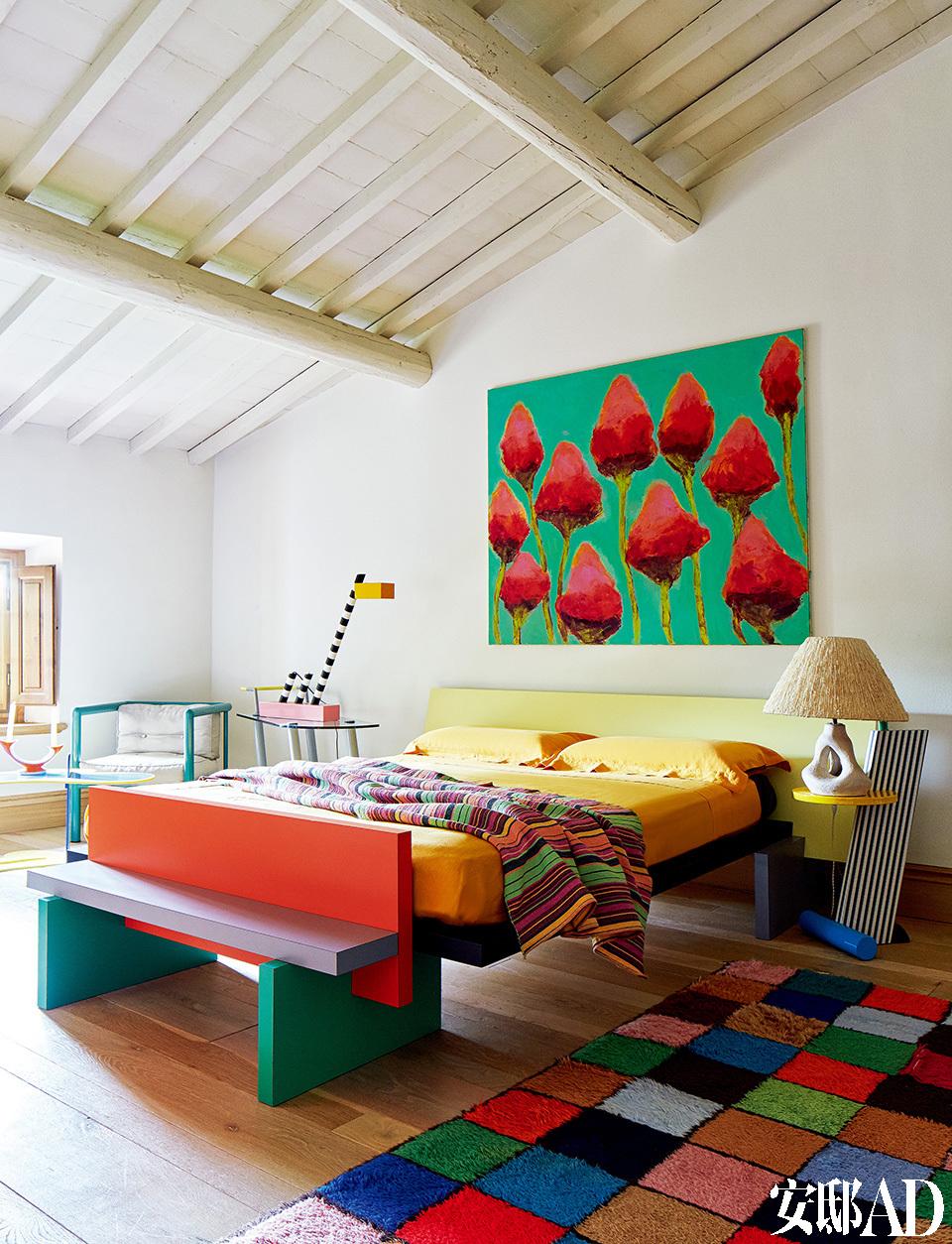 沉睡在这个让人灵感迸发的缤纷世界里,是不是连梦里都会出现彩虹呢?其中的一间客房完全采用孟菲斯风格设计。Horizon睡床,右侧的Flamingo床头桌和左侧的Oceanic坐灯均由Michele de Lucchi为Memphis Milano设计。绘画作品来自意大利艺术家Alessandro Twombly。