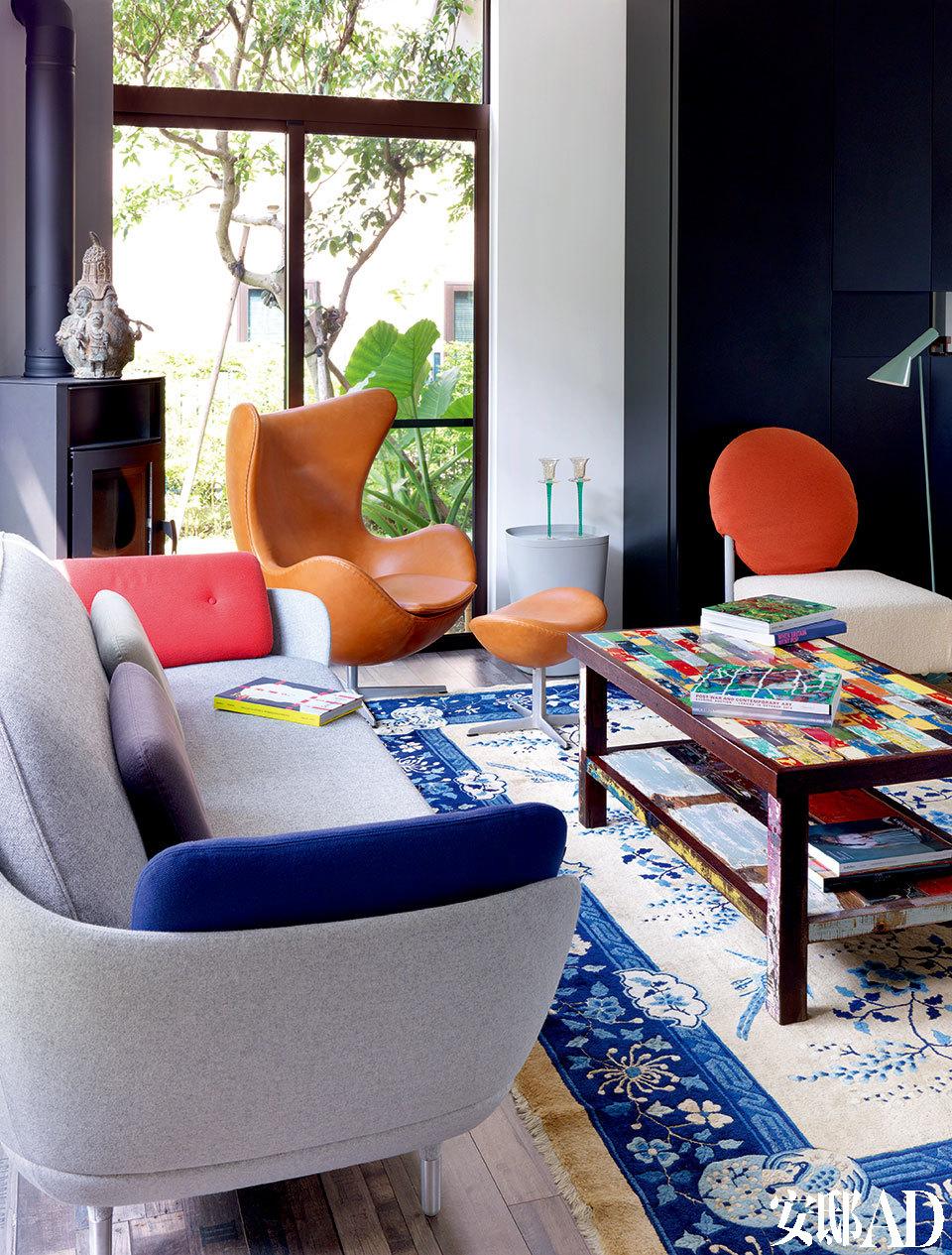 一层客厅的家具皆为旧家所用,灰色Favn沙发由Fritz Hansen出品,一旁是著名的Egg皮革单椅,彩色茶几由一位法国艺术家用巴厘岛的废弃船只制作而成。