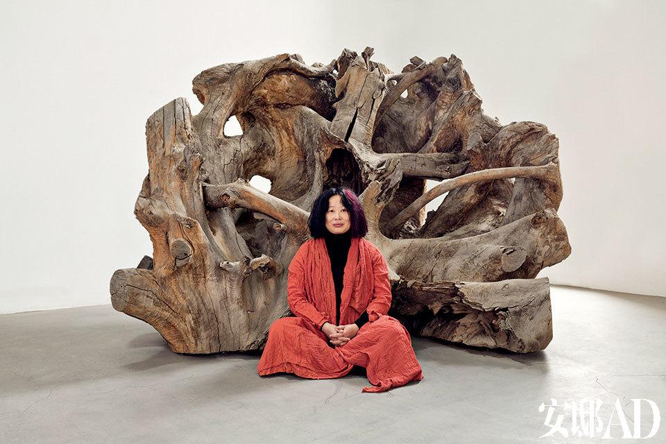 """主人:肖鲁,1962年4月出生于杭州,1988年毕业于杭州浙江美术学院油画系。1989年2月以作品《对话》参加""""中国现代艺术展""""时,在北京中国美术馆艺术展厅内开枪射击该作品,引起轰动并导致展览暂停,同年12月赴澳大利亚定居;2003年回国,并以一本自传体小说《对话》澄清当年那段历史。现为自由艺术家。"""