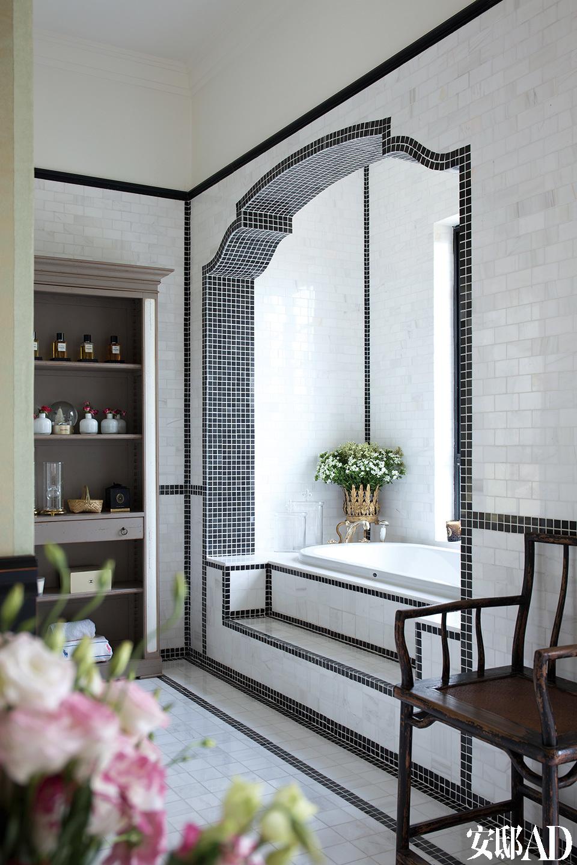主人浴室是设计师和主人都十分满意的地方,黑白马赛克与复古地砖完美结合。