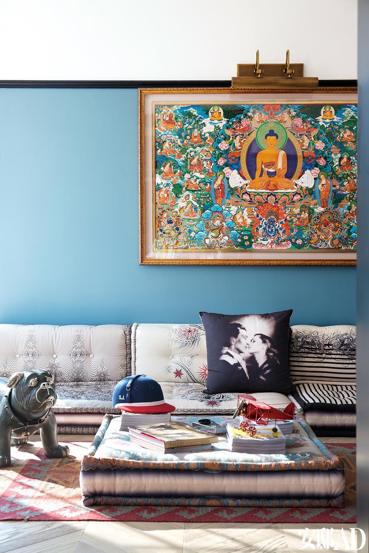 家里的空间不一定非得拿来用,功能模糊一点也挺好。图书室的沙发是罗奇堡的经典款,墙上的唐卡由青海热贡年轻唐卡大师格桑冷智亲绘。