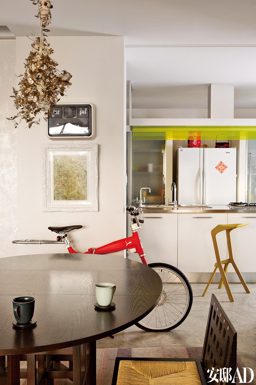 墙上为艺术家刘炜的《山水》作品;脚踏车是Puma跟丹麦品牌联名限量版,芥末色高脚椅为Konstantin Grcic设计的Myto椅。