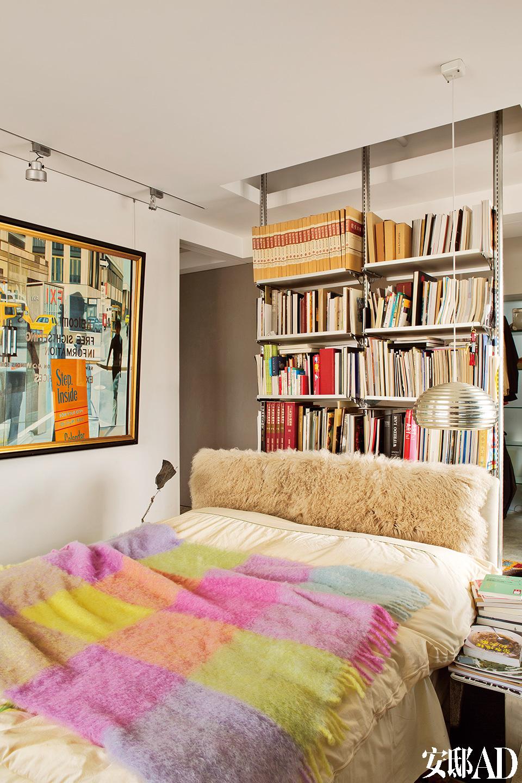主卧室的床原是丹麦医疗用的单人床,姚谦将两个单人床拼在一块儿,再披上羊毛皮装饰床头,其墙上为姚庆章的作品。银色灯具为Flos出品的Splugen Brau吊灯。卧室中粉嫩温柔的色调,似乎直探姚谦内心深处柔软的部分,细腻而简单。