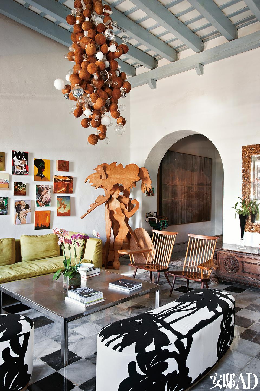 墙上的大幅油画为Kirsten Everberg的画作。旁边有Emily Sundblad,Verne Dawson,Gill Carnegie,J.P. Munro 等人的作品。沙发则是Antonio Citterio为 B&B Italia所设计的产品。