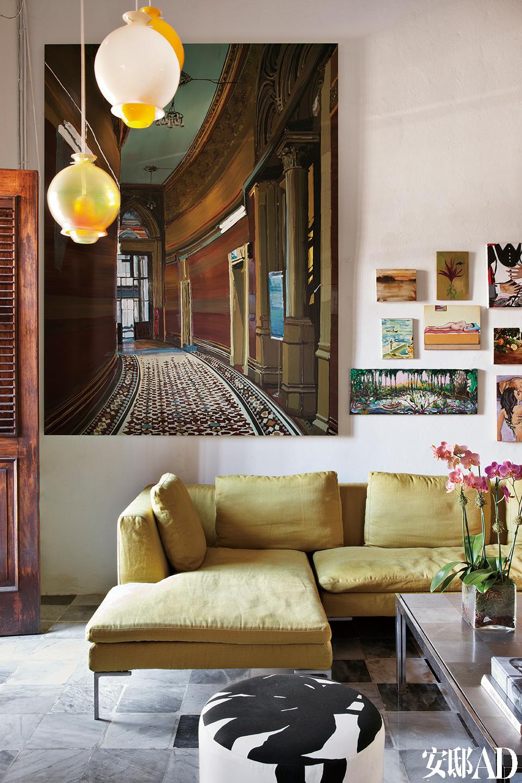 墙上的大幅油画为Kirsten Everberg的画作。旁边有Emily Sundblad,Verne Dawson,Gill Carnegie,J.P. Munro 等人的作品。沙发则是Antonio Citterio为B&BItalia所设计的产品。