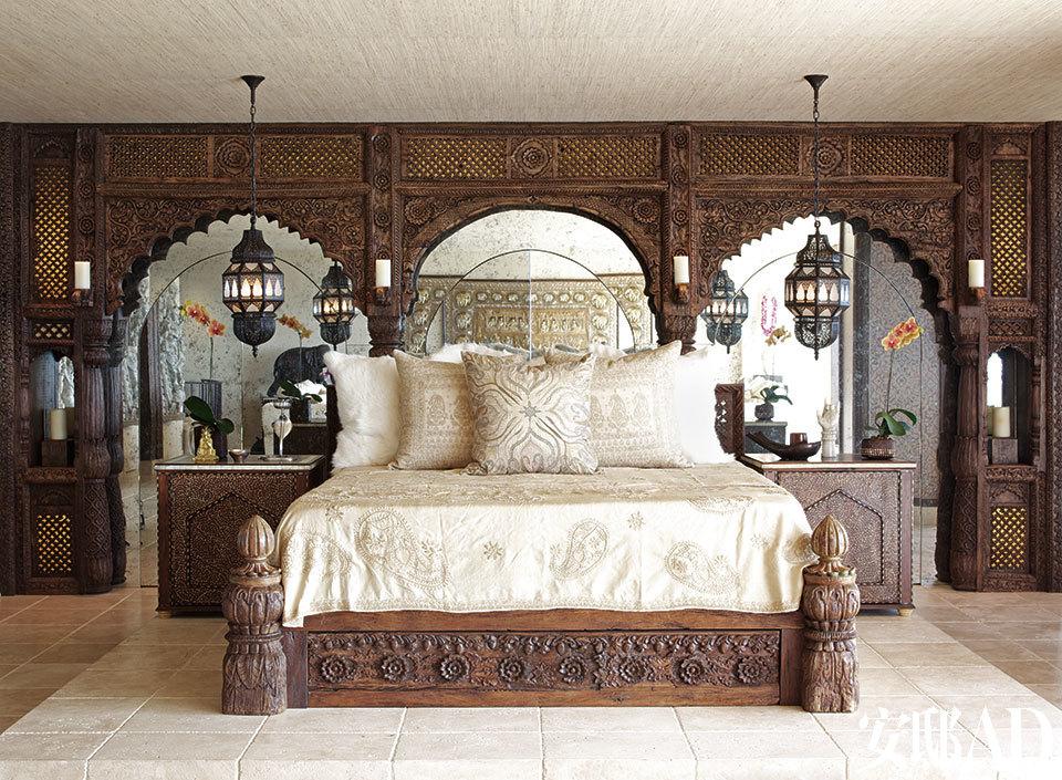 开放式的大卧室俨然一位印度王后的寝宫,当雪儿从房间正中的浴缸中走出来时,会不会也有当年泰姬·玛哈尔的风范? 在主卧中,Martyn用古董印度木板设计了一张床,并用古董镶花门制作了床头柜。雪儿的更衣室隐藏在一面来自印度宫殿的镜墙背后。做旧的镜子里映着来自Marrakech的铜灯,地板则是用古董石灰岩打造的。