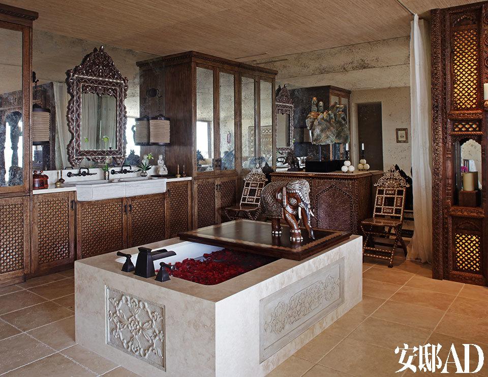 印度石板内嵌着Waterworks的浴缸。一对叙利亚镶嵌装饰的座椅摆放在Linda Horn的柜橱两侧。
