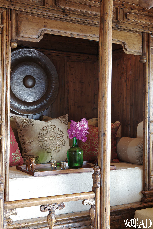 16世纪末期的中式床榻是雪儿躺着看电视的放松之所。丝绸床饰来自Schumacher,土耳其绣金枕头来自Madeline Weinrib。