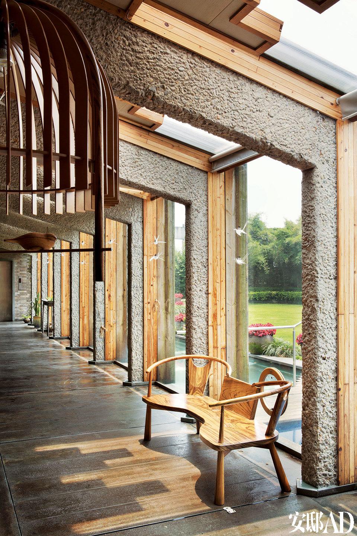 五楼的客厅,朱小杰借用建筑结构作为整个空间的节奏。