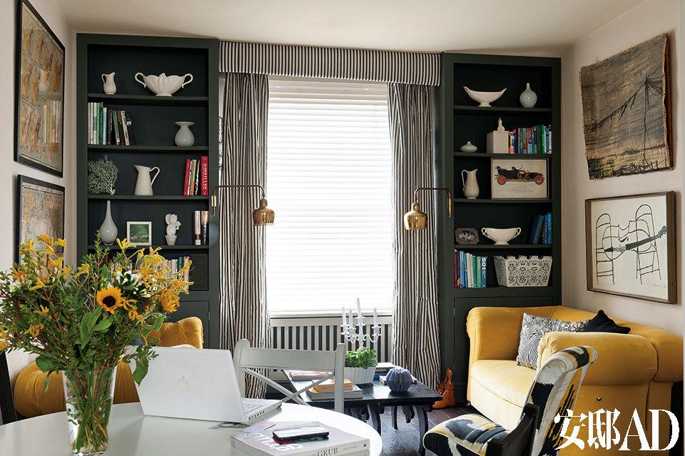 客厅中,相对的两张维多利亚复古风情沙发来自Semley Auctionioneers,沙发上的黄色天鹅绒面料来自Romo Lucien。沙发旁的单人复古座椅购自Portobello路市场,包裹着Dedar品牌的扎染面料。一对复古的Alvar Aalto壁灯购自Alfies Antiques,窗帘面料来自宜家家居的Sofia Stripe系列,两侧书架上的复古花瓶摆设购自Hambledon和Sunbury古董市场,桌上的白色烛台购自Rockett St George。左侧墙上的20世纪20年代美国地图是Marisa在纽约度假时从Hells Kitchen跳蚤市场上淘到的。