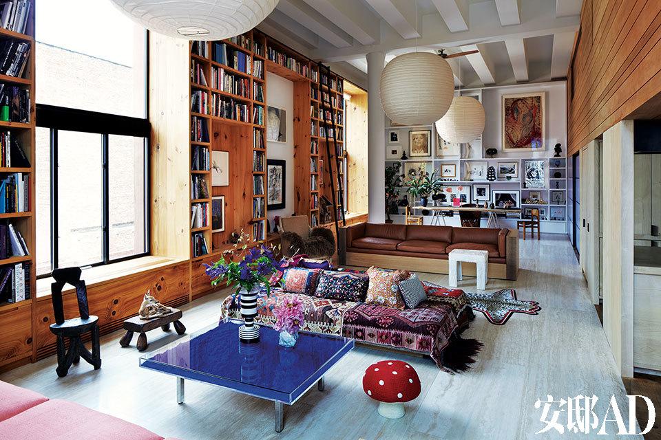 来自Descience Laboratories的设计师Simrel Achenbach和Sachs Lindores工作室的Daniel Sachs联手,把两套相邻的Loft公寓变成了曼哈顿的时髦居所。客厅中蘑菇形的Anne-Claire Petit编织脚凳旁,是Yves Klein在1961年设计的Bleue茶几。