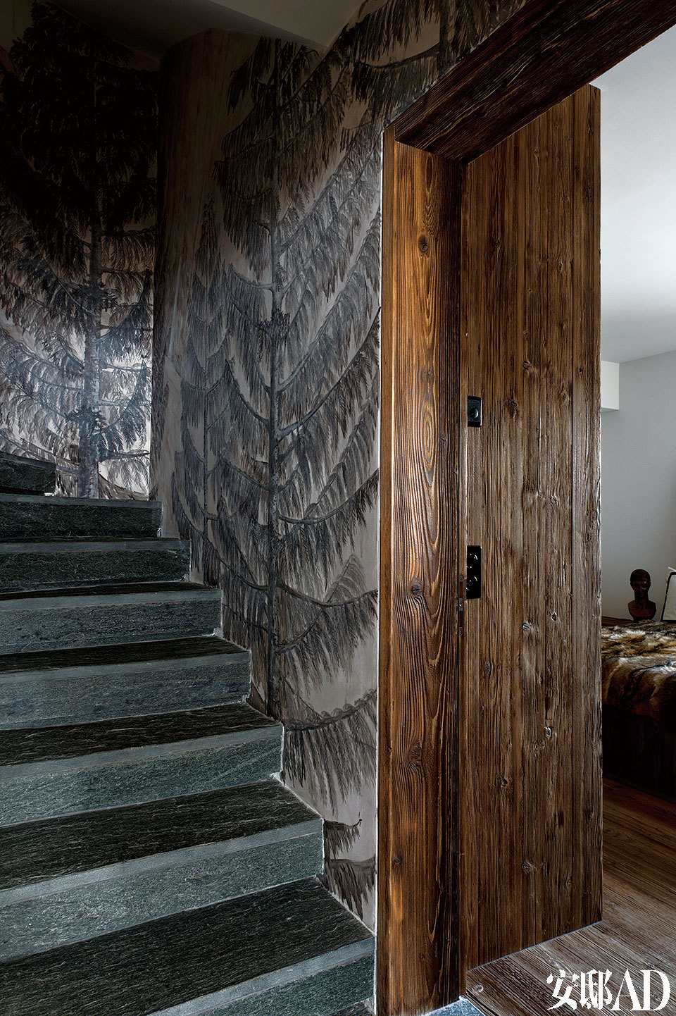 壁画家将冬日的丛林美景移植到室内,贡献了楼梯边上那整面墙上雪松的创作。对页 楼梯边上那整面墙的雪山和松树, 是Mathias Kiss的作品。