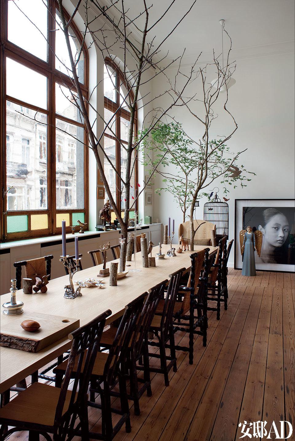长长的原木餐桌摆上银色烛台,自然光线透过大片布鲁塞尔in bruxelle玻璃窗进入室内,圣洁的天使像也为冬日带来暖意。