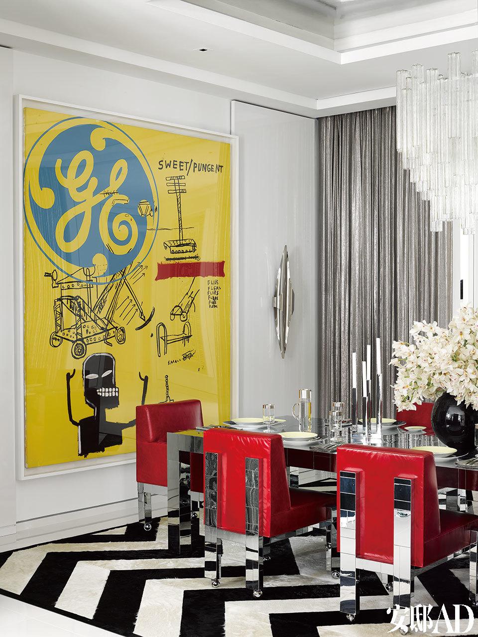 黑白条纹交织的地板为整个空间带来一股魔幻感,墙上的大型画作则阐明了这个大宅的艺术主题。另一幅Andy Warhol和Jean-Michel Basquiat合作的画作成为餐厅的主要装饰。老式Craig Van Den Brulle椅子和配套的餐桌均由Paul Evans设计。定制的地毯来自Kyle Bunting。
