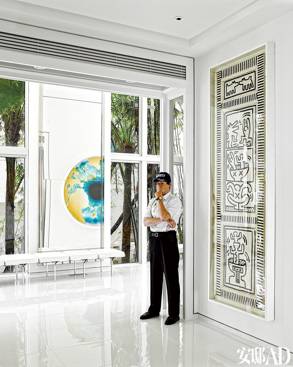 Marc Sijan的雕塑保安站在Keith Haring设计的门板旁。远处墙面上的作品来自Marc Quinn。