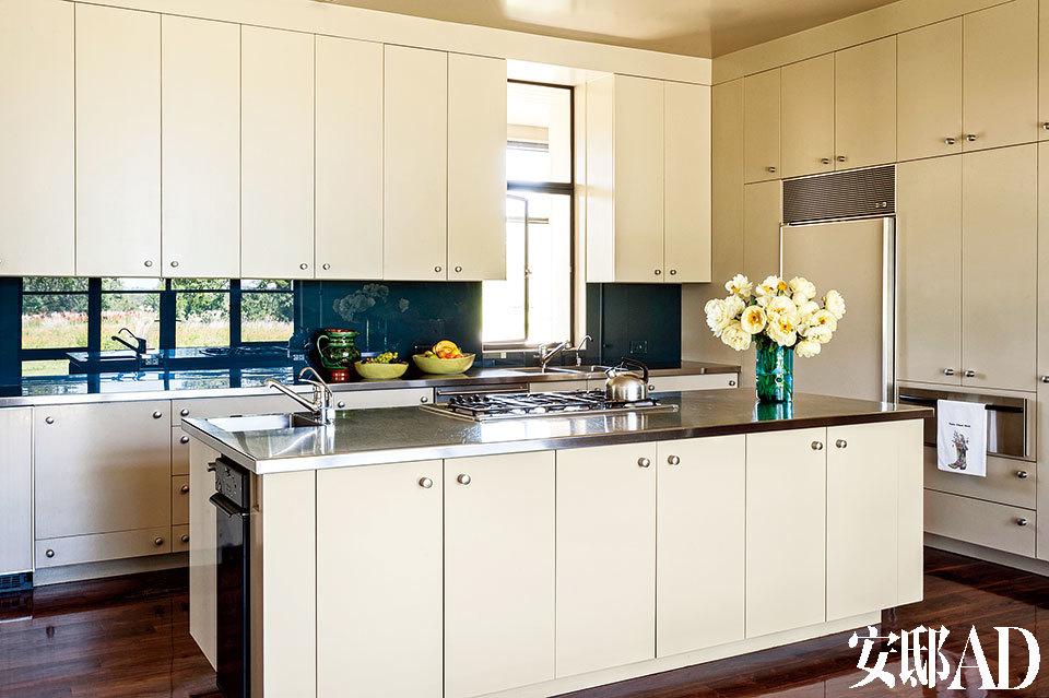 曾经贵为第一夫人,但劳拉其实更爱家庭生活。功能齐全的厨房与气氛慵懒的餐厅总是让她流连不已。厨房里的橱柜来自Homestead Heritage Furniture,岛台来自Thermador,拥有不锈钢的台面。