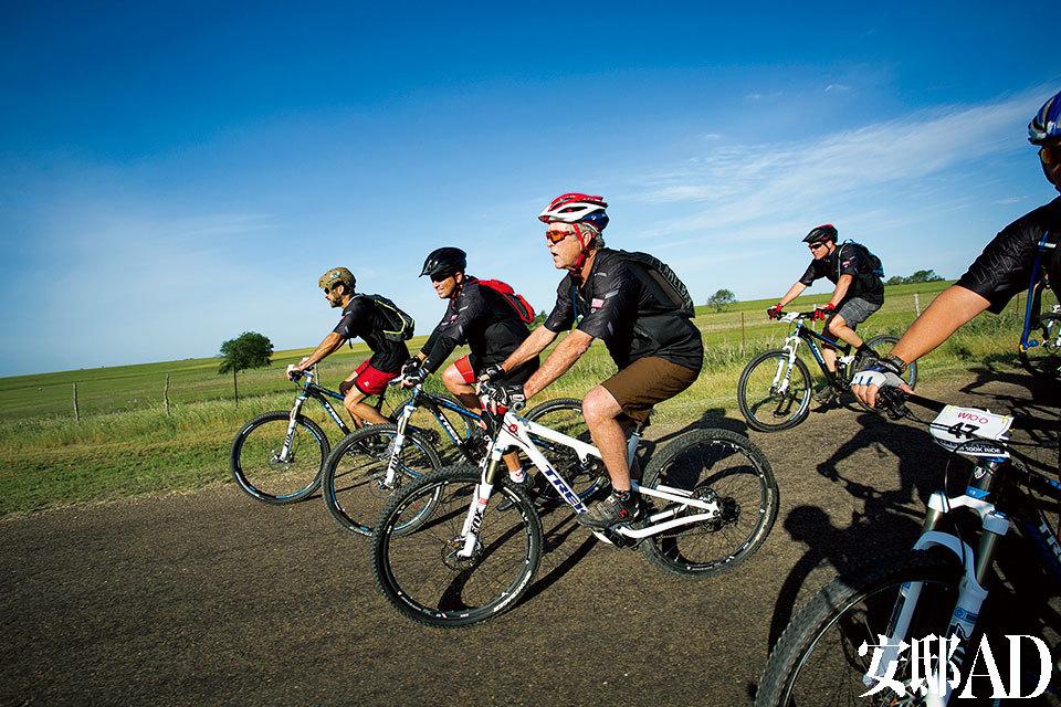 """自行车道上的小布什活力十足。他每年都会在这里为受伤老兵举办自行车赛W100K。也有很多来访的外国领导人都被他半""""骗""""着上过这条赛道。"""