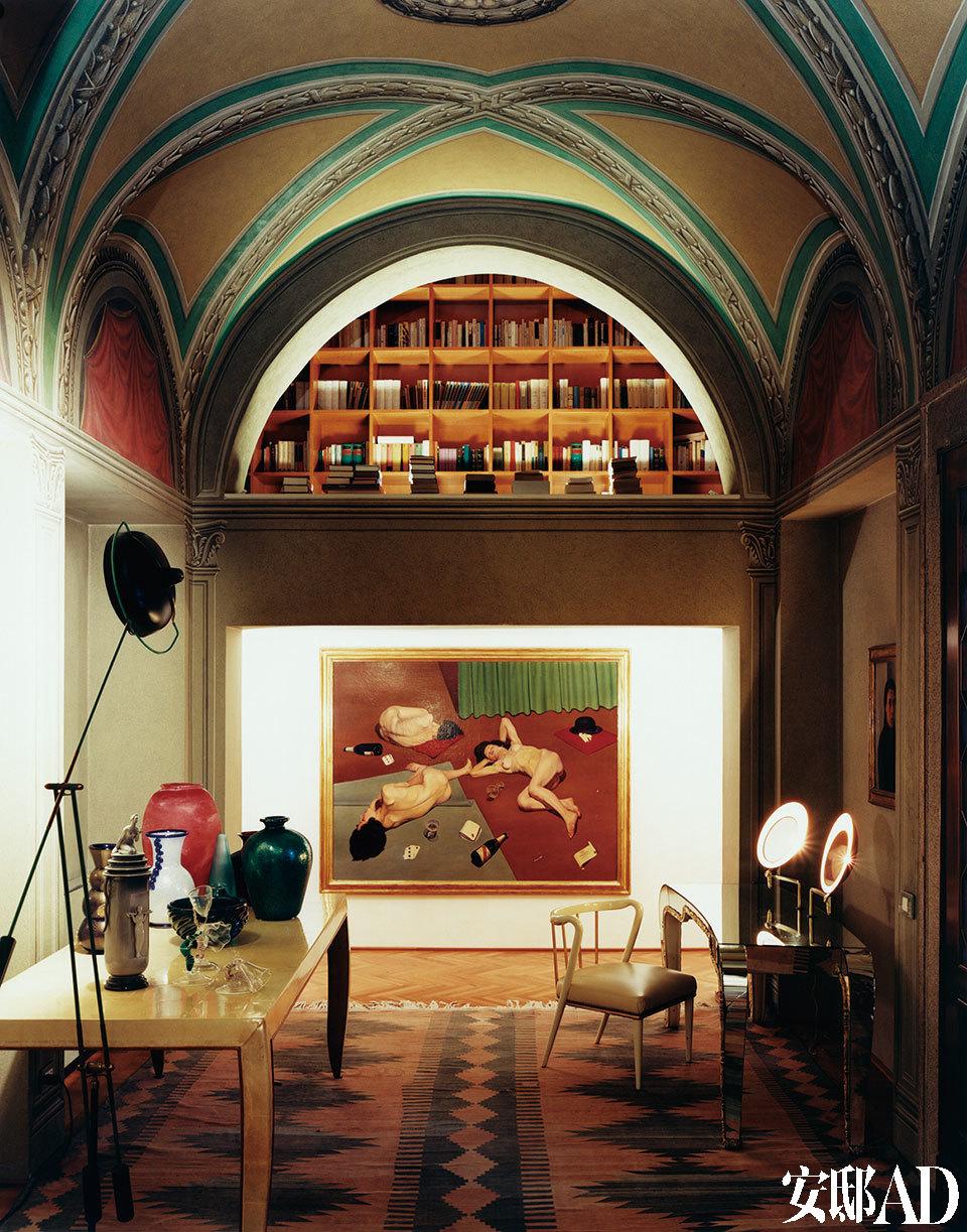 """整间屋子就像一本设计百科全书,其编撰者则是一位具有探索精神的贵族,他将技艺与哲学融合在一起,并醉心于研究日常用品的象征意义。门厅处悬挂着Cagnaccio Di San Pietro与1928年创作的超现实主义代表作""""狂欢之后""""。从穹顶的镂空处可窥见贝里尼神奇的图书馆。"""