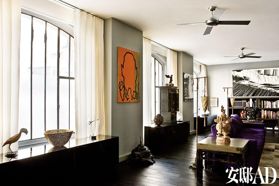黑色长漆柜是Nicolas和Marc为这里量身定制的,柜上近处的纸塑鸟出自Les Farfelus Farfadets之手,Astier de Villatte金碗和一旁的玻璃灯都购自网络。墙上画作的作者是Bernard Quesniaux,中间的长漆柜上摆放了一座日本佛坛,上面的雕塑作品来自San Miguel de Allende,购买于墨西哥。金色落地灯由Mariano Fortuny设计。