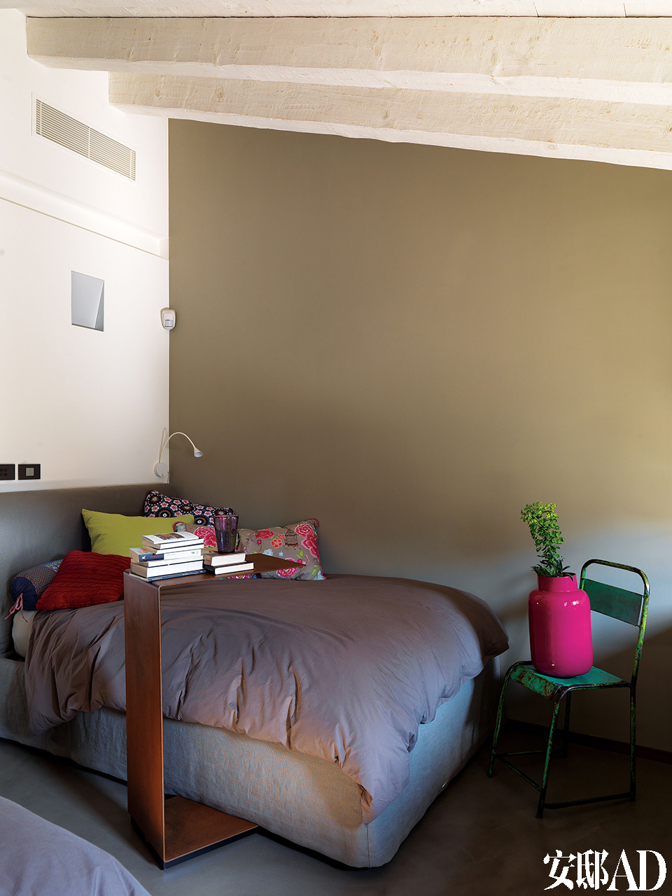 房间中应用了最新的远程控制技术不论哪位主人迈进房门,那一刻适合他的室温和照明都已在静静等候了。孩子们的卧室中,床上的Bed&Bath靠枕购自阿姆斯特丹的Studio Pip,金属座椅购自意大利卢加诺的Kasia。