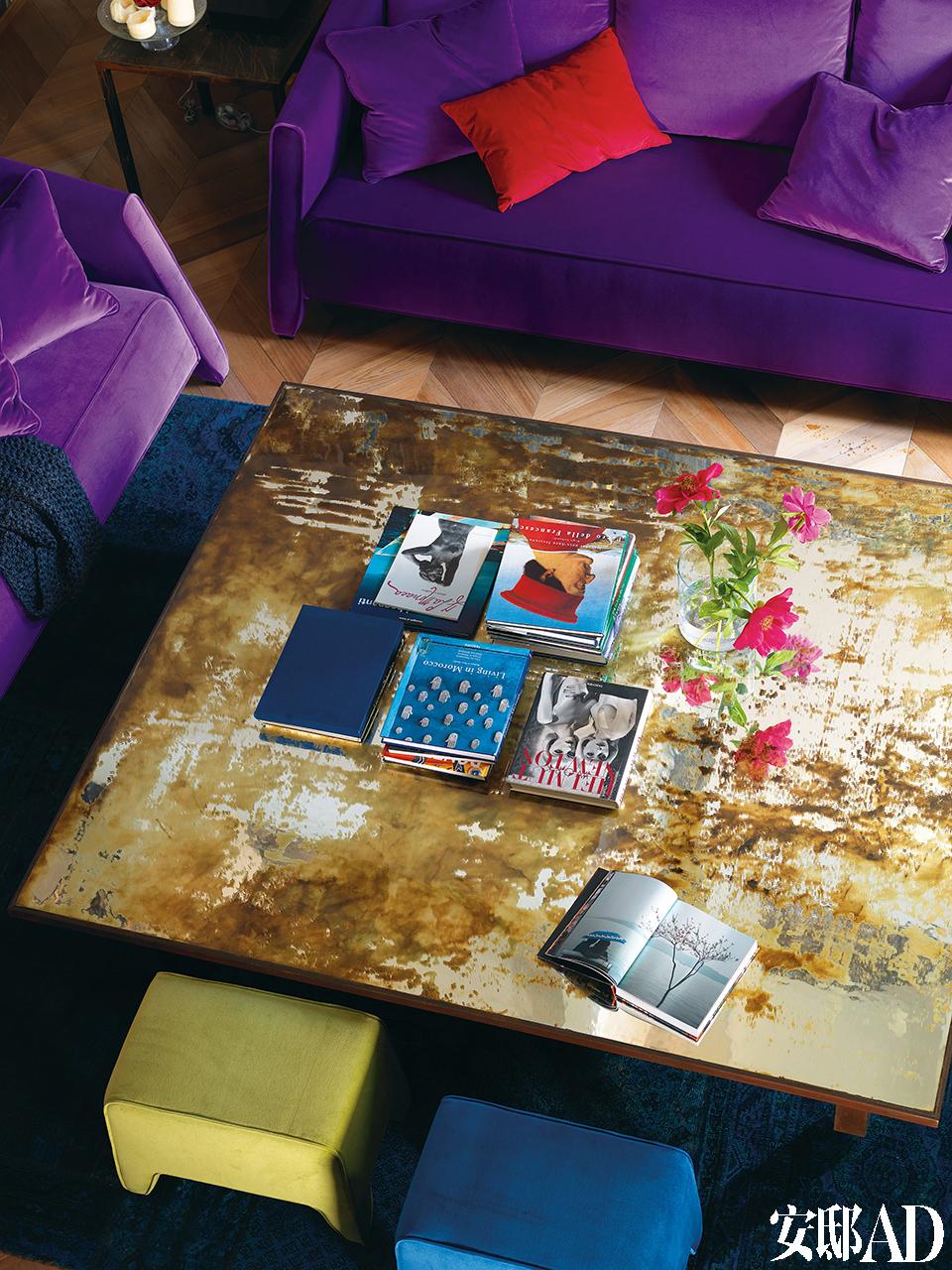 客厅中拥有光滑树脂桌面的Deserto茶几出自意大利艺术设计师Angela Ardisson之手。Angela现居米兰,创办了设计工作室Artplayfactory Design,主人夫妇委托她为这间公寓量身定制了不少别致的雕塑感家具。一蓝一黄两把坐凳购自意大利卢加诺的Kasia。