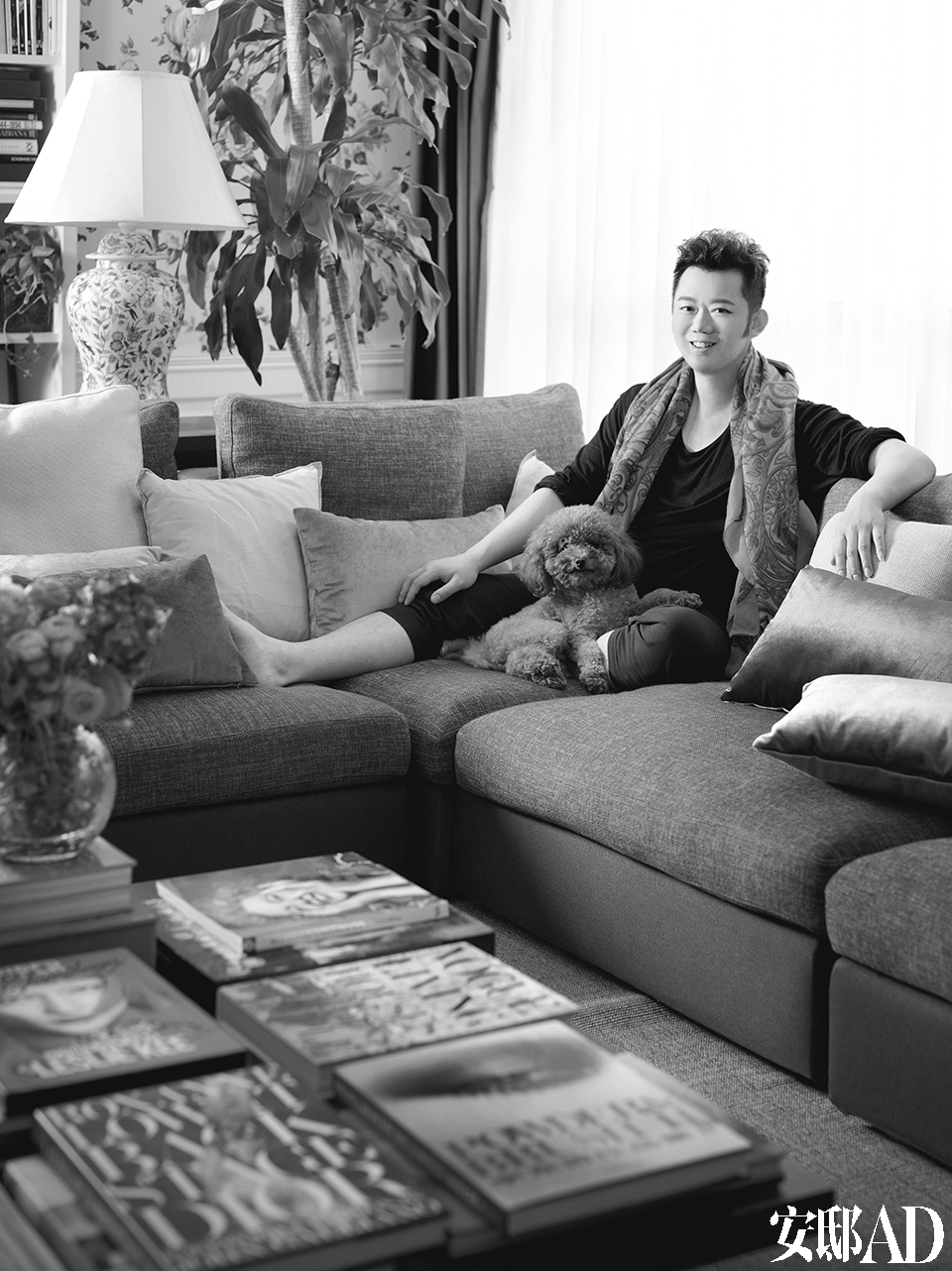 """东田与他的爱犬马提尼。 主人:李东田,著名的造型师,德国哈苏公司高级客座讲师,资生堂SHISEIDO首席彩妆顾 问。1972年出生于北京,父母都是典型的机关知识分子,但他这个儿子却一反""""读大学才有好出路""""的时代主流,初中时即选择了去学习美发,并于1991年 正式进入中国时尚圈,如今已是中国造型界执牛耳的人物。他也与几乎所有国内的一线大牌明星都有过合作,并成为好友。在20余年的职业生涯中,他如伯乐般发 掘、捧红过许多有天赋的新人,其中吕燕是最典型的成功案例。近十几年来,他参与多重跨界,俨然成为一位成功的商人,所涉范围包括时尚造型、餐厅、健身房、 假发品牌和最新推出的太阳镜品牌。与他故意展示冷酷美和距离感的艺术风格不同,他的家却总是暖意横流。"""