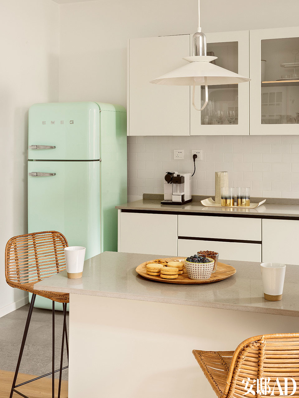 厨房的一角,糖果色冰箱为SMEG品牌。