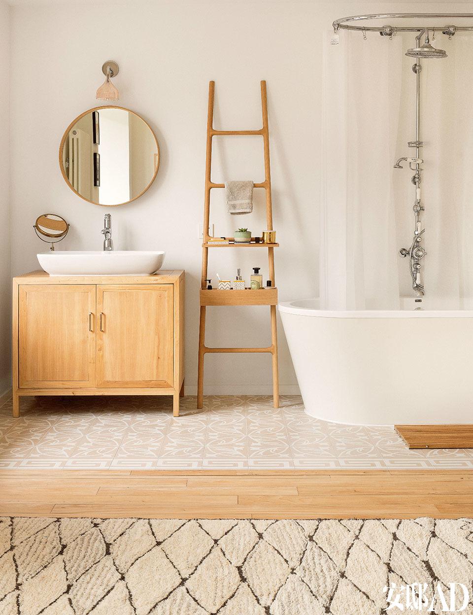 .一间卧室里的开放式浴室,由Smith Matthias设计的Tilt Oak木梯来自伦敦的Conran店铺,Les Brothers的圆形镜子购自Twenty Twentyone。